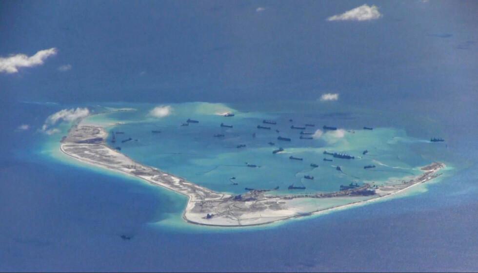 - BYGGER ØY: Dette amerikanske overvåkingsbildet viser angivelig at Kina er i ferd med å bygge ei kunstig øy ved det såkalte Ugagn-revet i den omstridte øygruppa Spratly - ikke langt fra øvingsområdet. Foto: U.S. Navy / Reuters / NTB Scanpix