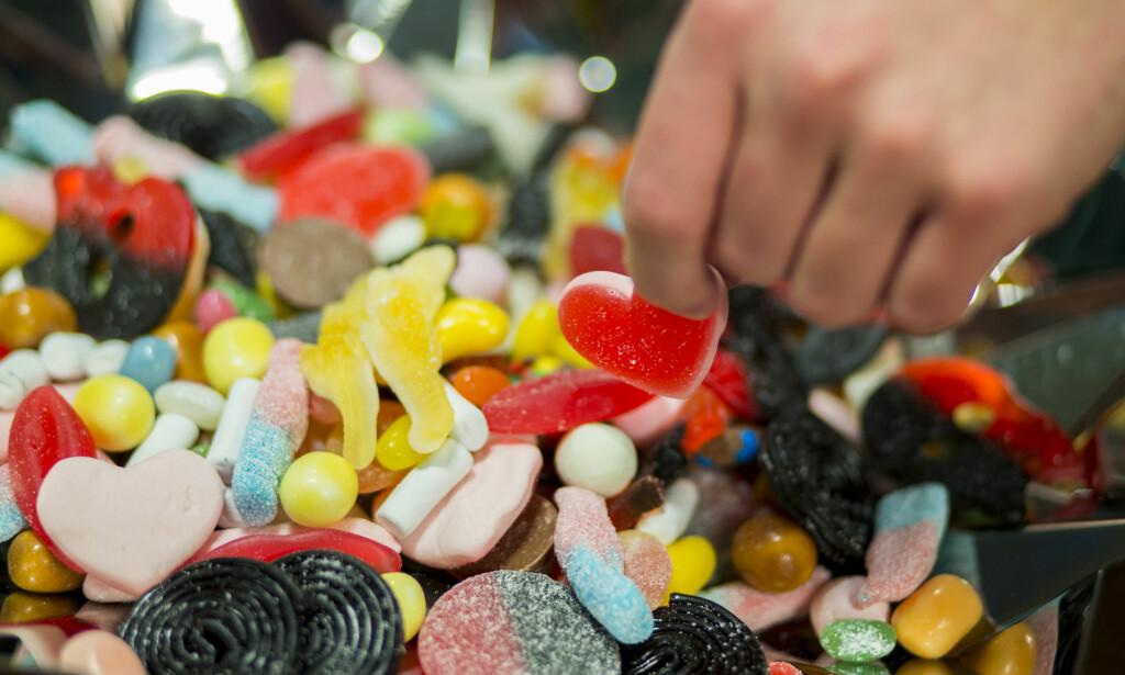 SUKKER: Fruktsukker er ikke sunnere enn vanlig sukker. Det er den totale mengden sukker man spiser som er avgjørende. Foto: Stian Lysberg Solum / NTB scanpix