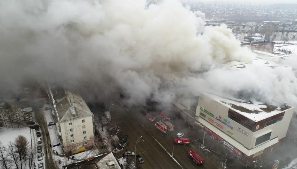 BRANN: Det brøt ut brann i et kjøpesenter i byen Kemerovo, rundt 3000 kilometer øst for Moskva, søndag. Foto: AP / NTB scanpix