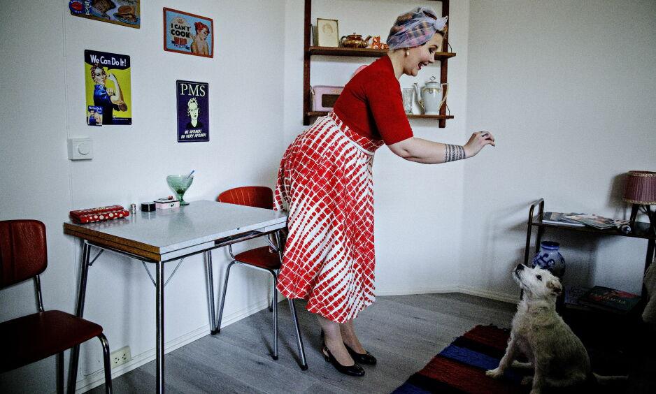 HVERDAG: Slik ser en vanlig hverdag ut hjemme hos Stine Rydningen i Oslo. Her gir hun hunden Eddy en godbit. Foto: Nina Hansen/Dagbladet.