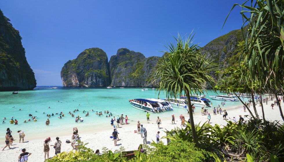 STENGES: Denne populære stranda i Thailand, Maya Bay, stenges fra midten av mai fordi korallrevene må reddes. Foto: NTB scanpix