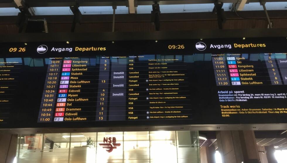 INNSTILLINGER: På Oslo Sentralbanestasjon viser tavla at flere tog er innstilt. Foto. Bjørn Bore / Dagbladet
