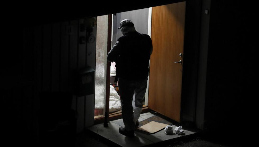 En kvinne i 40-årene ble torsdag funnet død på Husøy utenfor Tønsberg. Her gjør politiet undersøkelser i huset. Foto: Terje Bendiksby / NTB scanpix