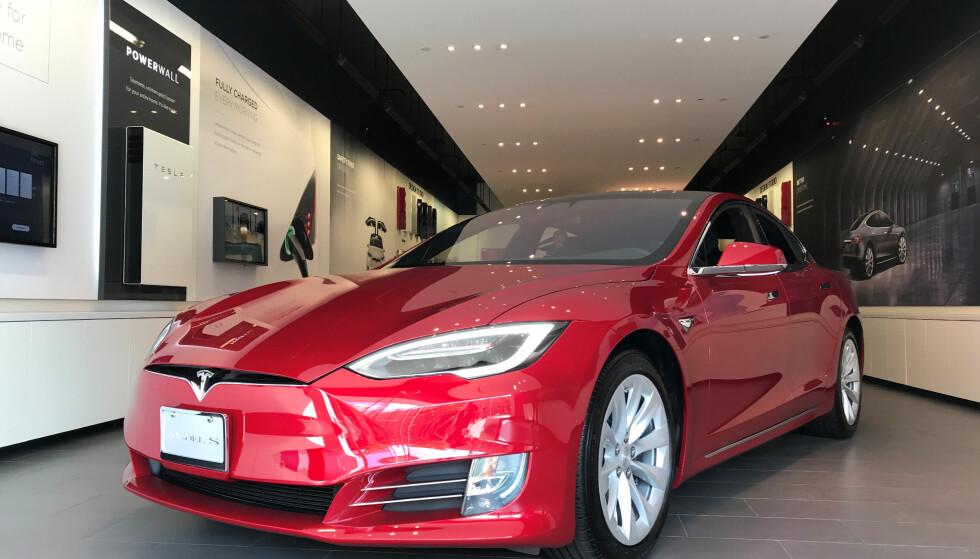 TILBAKEKALLES: Model S-biler laget før april 2016 tilbakekalles. Foto: NTB scanpix