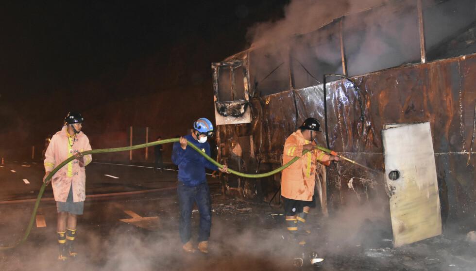 TOTALT UTBRENT: Det var bare karosseriet igjen av de to etasjer høye bussen med fremmedarbeidere fra Myanmar, som skulle registrere seg for arbeid i nabolandet Thailand. Foto: Daily News/AP/NTB Scanpix).