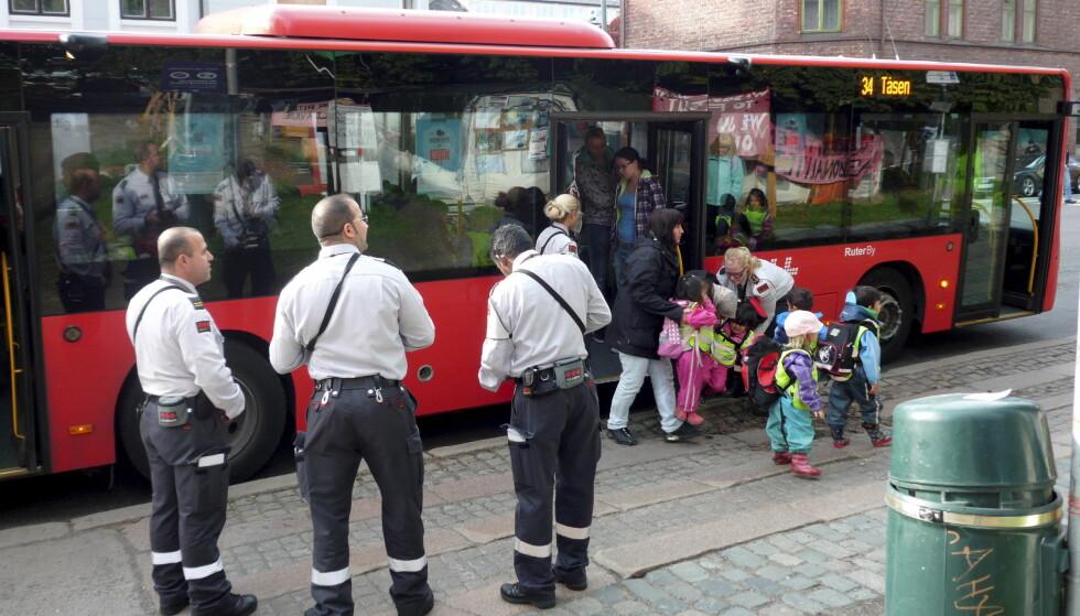 Personell fra Securitas foretar billettkontroll på en av Ruters busser på en holdeplass ved Jakob kirke i Oslo. Foto: Per Løchen / Scanpix