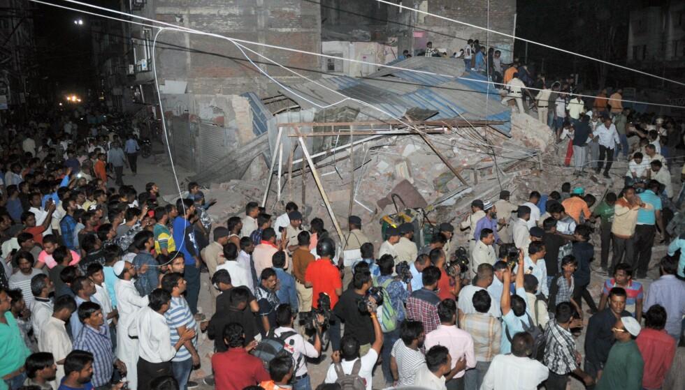 VAR ET FIRE ETASJERS HOTELL: Bygningen i sentrum av byen Indore raste sammen til en haug stein og bygningselementer etter å blitt påkjørt av en bil lørdag kveld. 10 mennesker er funnet omkommet. Foto: AFP/NTB Scanpix.