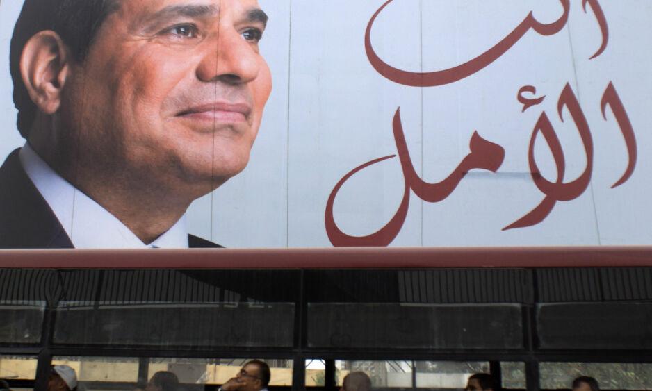 - HÅPET VÅRT: I forbindelse med valget i Egypt, var plakater av presidentkandidat Abdel Fatah al-Sisi overalt, mens motkandidatene ble arrestert eller tvunget til å trekke seg. Bare en kandidat stilte opp mot Sisi, og gjorde ikke nevneverdig for å prøve å vinne valget. Nå fortsetter al-Sisi, som forventet. Foto: Amr Nabil / Ap / Scanpix