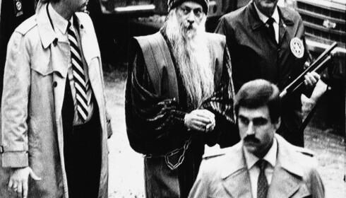 ARRESTERT: Bhagwan Shree Rajneesh ble arrestert 31. oktober 1985, etter at han forsøkte å flykte fra USA. Foto: NTB scanpix / AP Photo