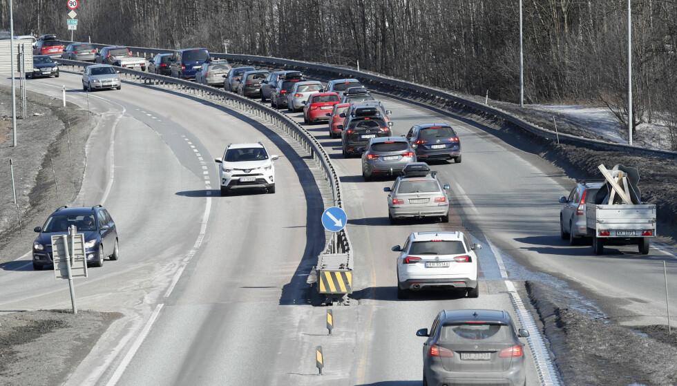 PÅSKEKØ ALLEREDE: Bilkø mellom Hokksund og Vestfossen på E 134 i retning Drammen og Oslo tidlig på ettermiddagen første påskedag. Foto: Terje Bendiksby, NTB Scanpix.