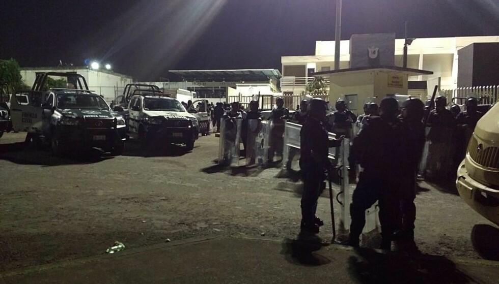 RYKKET UT: En mengde politifolk ble utkalt La Toma-fengselet i Veracrus for å slå ned på opprøret, men det endte altså med at sju av dem ble drept. Foto: Edgar Avila / EPA / NTB Scanpix