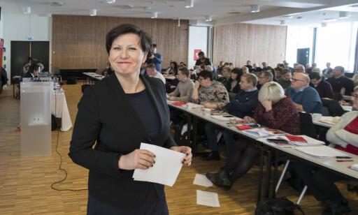 Kirkenes  20180304. En fornøyd Helga Pedersen og resten av årsmøtet i Finnmark Ap som sier nei til avtalen om sammenslåing med Finnmark og Troms. Foto: Vidar Ruud / NTB scanpix