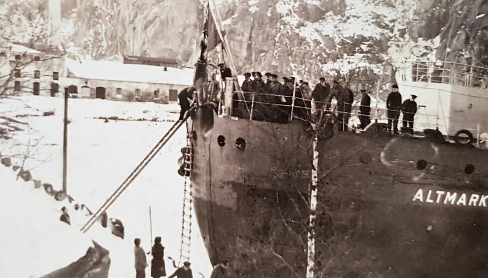 VERDENSHISTORIE I NORSK FJORD: Kistene med de drepte tyske sjøfolkene blir tatt i land fra Altmark. Foto: Svarstads samling