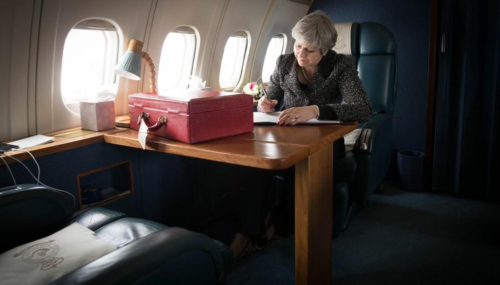TUNGE STUNDER: Statsminister Theresa May på vei i et militært fly rundt i landet for å framføre budskapet om ei «framgangsrik og strålende framtid» for landet utenfor EU. Hun, som var tilhenger av å fortsette i EU, har måttet ta det ene nederlaget etter det andre i forhandlingene med EU om utmelding. Nå gjenstår mindre enn et år til å forberede landet på en ny tilværelse. Foto: AFP / NTB Scanpix / Stefan Rousseau