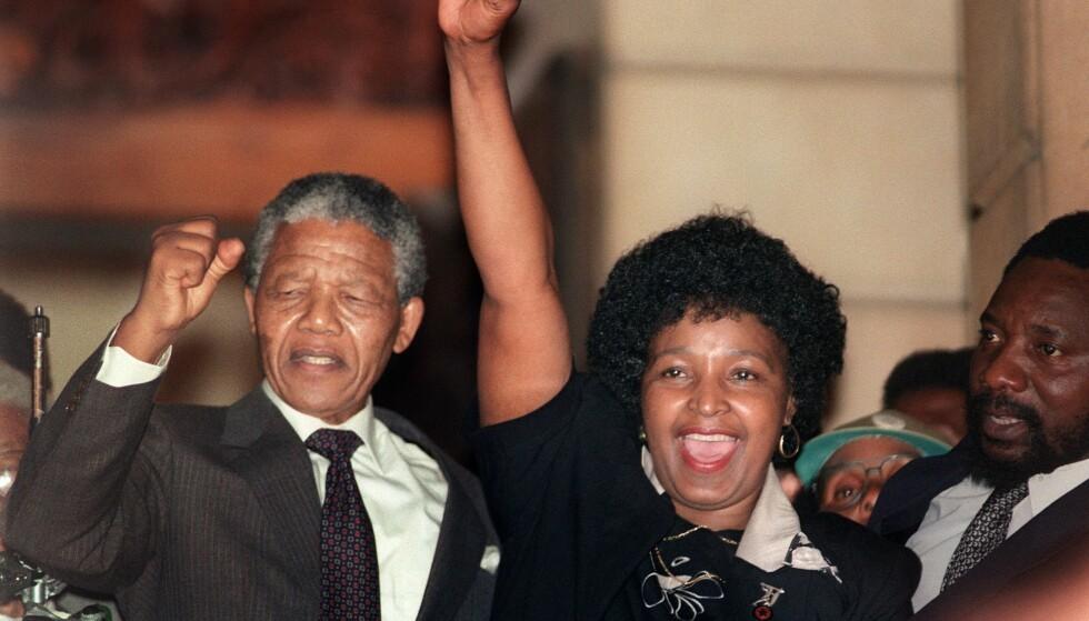 LØSLATT: Winnie Mandela og Nelson Mandela var gift i 38 år. I 27 av dem var han fengslet. Her feirer de mannens løslatelse i 1990. Foto: AFP PHOTO / AFP FILES / NTB Scanpix