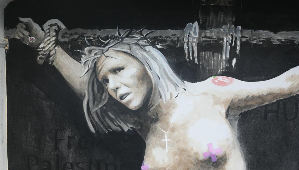 SOLGT: Natt til 2. påskedag ble dette maleriet hengt opp på en vegg i Bergen. Nå er maleriet angivelig solgt til en privat kjøper. Foto: Emil Weatherhead Breistein / NTB scanpix