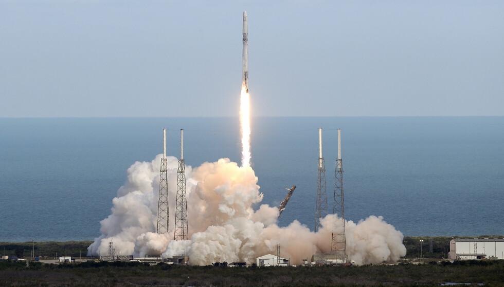 OPPSKYTING: SpaceX-raketten ble skutt opp mandag kveld norsk tid. Foto: John Raoux / AP / NTB scanpix