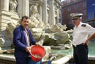 TØMMES DAGLIG: Hver morgen tømmes Trevi-fontenen for mynter. Årlig havner ti millioner kroner i vannet. Foto: NTB Scanpix