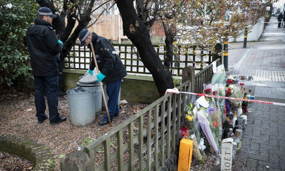 ETTERFORSKER: Politiet sjekker en søplekasse etter at en 20 år gammel gutt ble stukket ned og drept i Ellerton Road i London den 1. april. Foto: NTBscanpix/Peter MacDiarmid
