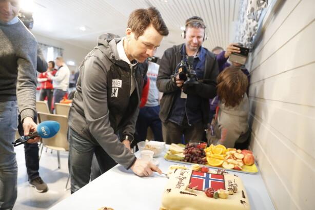 FIKK KAKE: Ole Einar Bjørndalen fikk kake da han meddelte at dette er hans siste sesong. Foto: Bjørn Langsem / Dagbladet