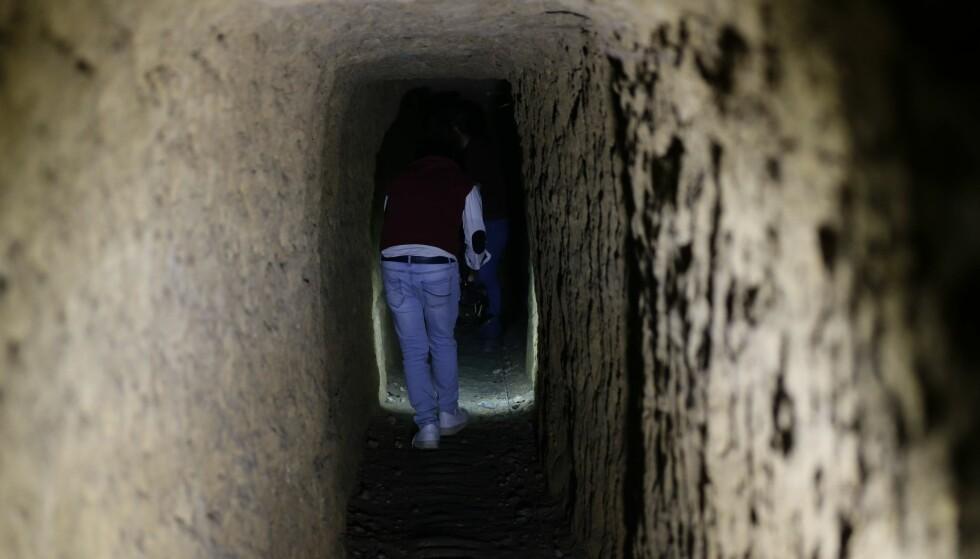 BODDE I TUNNELER: Journalister og fotografer fikk mandag en omvisning i tunneler som opprørere i Øst-Ghouta bodde i. Foto: NTB scanpix