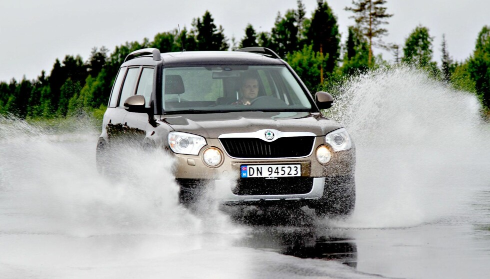 VANN KJØLER: De fleste av oss foretrekker nok å kjøre på tørr asfalt, men en våt og kald sommer kan bidra til å redusere dekkslitasjen. Friksjon og varme sliter på dekkene, og vann kjøler. Foto: Rune Korsvoll