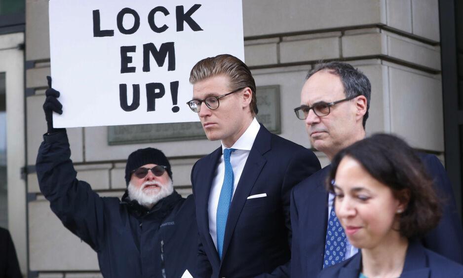 FENGSLES: Advokaten Alex van der Zwaan (i midten) må sone 30 dager i fengsel. Foto: AP / NTB Scanpix