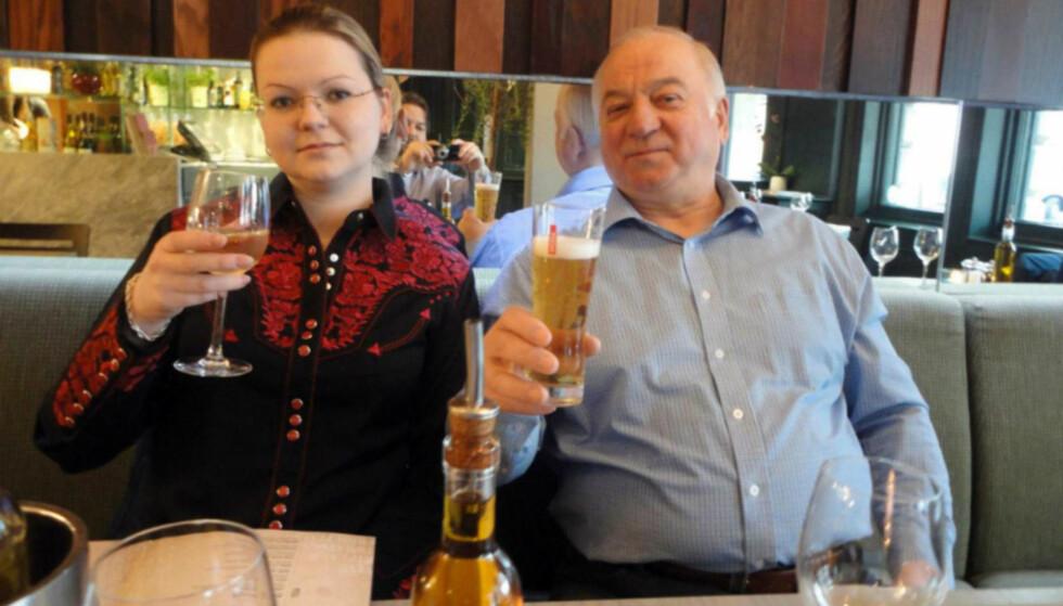 FORGIFTET: Få timer etter at dette bildet ble tatt, ble Sergei Skripal og dattera Julia funnet på en benk i Sailsbury. De har siden 4. mars vært innlagt på sykehus. Begge kan ha fått livsvarige skader av nervegiften de utsatt for. Foto: NTB Scanpix