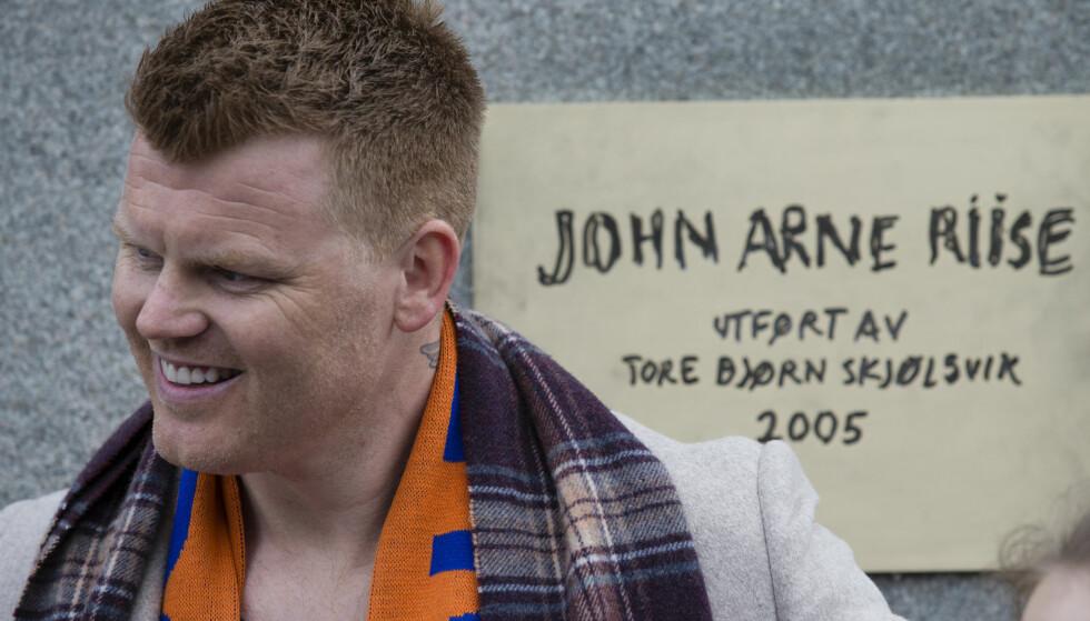 SOM Å FÅ BARN: John Arne Riise foran statuen som nå bærer hans navn. Foto: Svein Ove Ekornesvåg / NTB scanpix