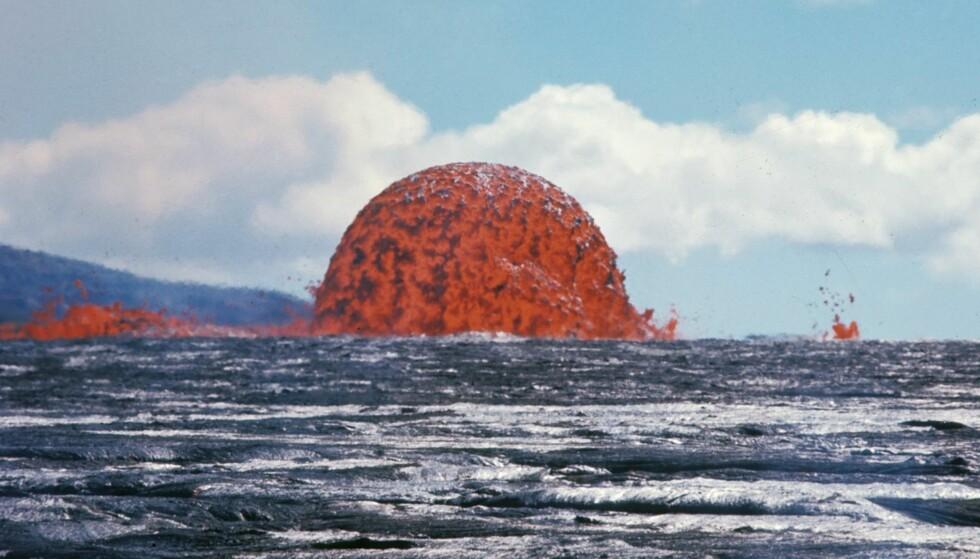 20 METER HØY: Den symmetriske lavafontenen er dannet av tyntflytende lava som strømmer ut i store mengder. Foto: U.S. Geological Survey