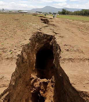 DYP: Sprekken er 15 meter dyp og opp mot 20 meter bred. Foto: REUTERS/Thomas Mukoya/NTB Scanpix