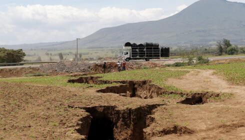 GIGASPREKK: Sprekken strakk seg rett over motorveien mellom Nairobi og Narok i Kenya. Etter hvert ble hullet under asfalten fylt igjen av sement og stein. Foto: REUTERS/Thomas Mukoya