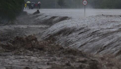 KRAFTIG REGN: Regnvær og oversvømmelser har trolig ført til at sprekken har blitt synlig på overflaten. Foto: AFP PHOTO / TONY KARUMBA / NTB Scanpix