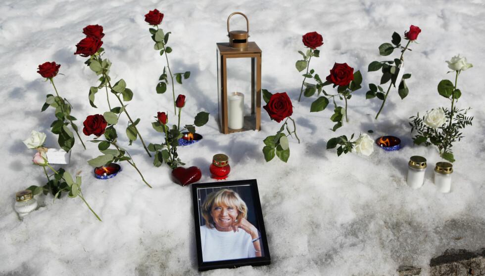 SORG: På Järvsö stasjon har beboere lagt ned blomster, telys og bilder til minne om den avdøde folkehelten. Foto: Mats Andersson/TT / NTB scanpix
