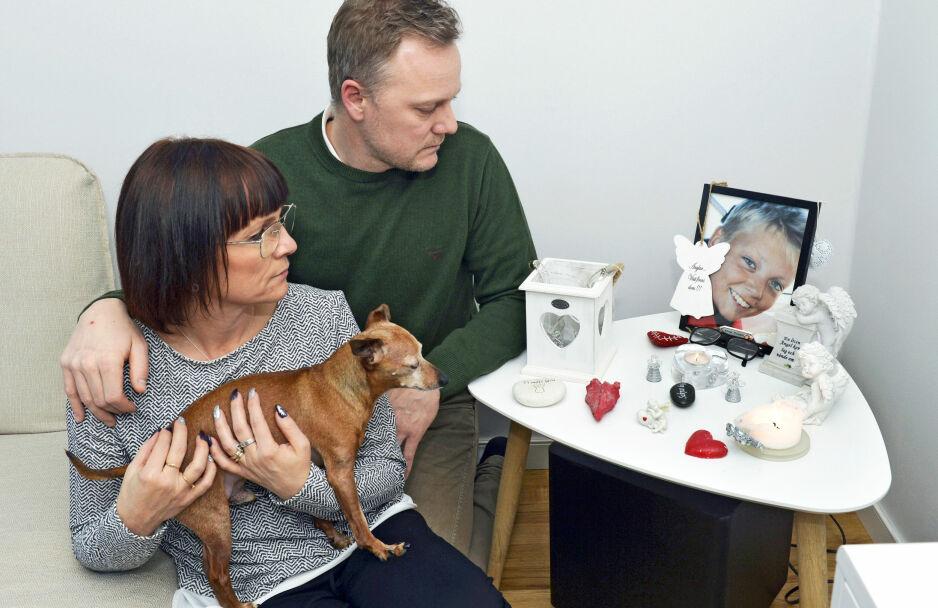 STORT SAVN: Malin og Fredrik synes det hjelper å snakke om sønnen. Foto: Kai Rehn og privat