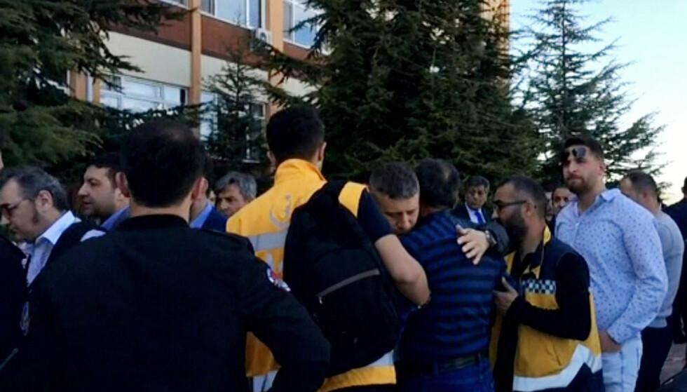 SØRGER: Folk samlet seg i sorg etter at fire personer ble skutt og drept ved det tyrkiske universitetet. Foto: AP / NTB Scanpix