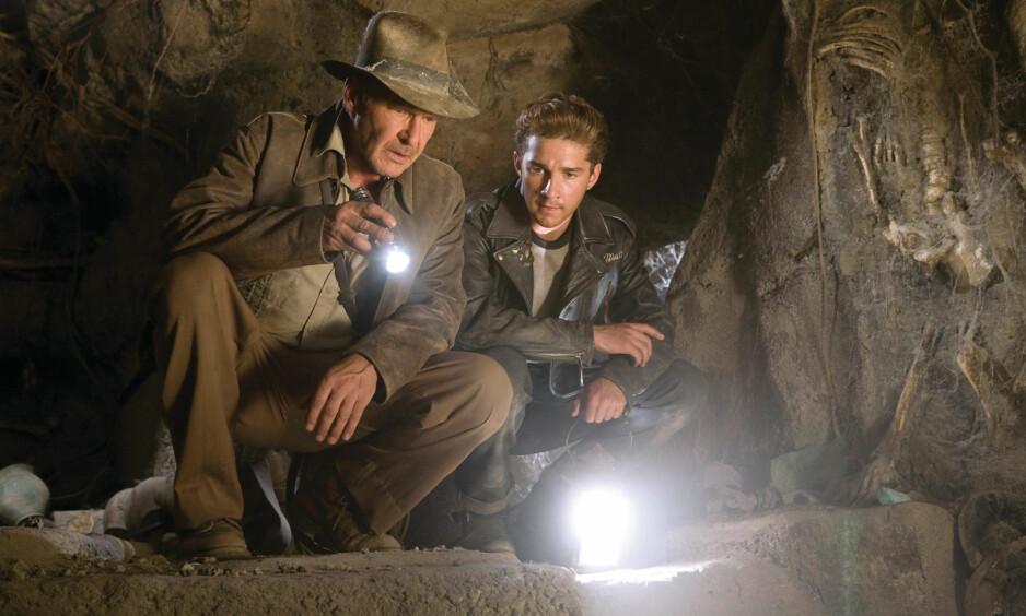 EVENTYRER: Skuespiller Harrison Ford som Indiana Jones i «Krystallhodeskallens rike» fra 2008, her sammen med Shia LaBeouf i rollen som Mutt Williams. Foto: Filmweb