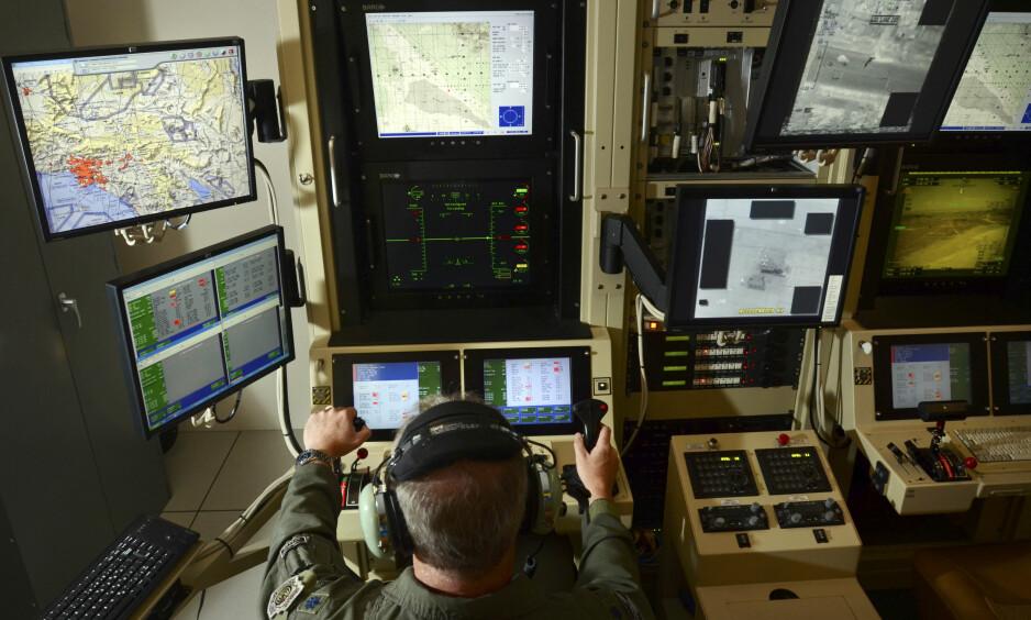 STYRER DRONE: En dronepilot fjernstyrer et av det amerikanske forsvarets ubemannede fly fra Hancock-basen i delstaten New York. Googles teknologi skal hjelpe forsvaret med å sortere ut interessante videoklipp fra dronenes kamera. Foto: Heather Ainsworth / New York Times / NTB Scanpix