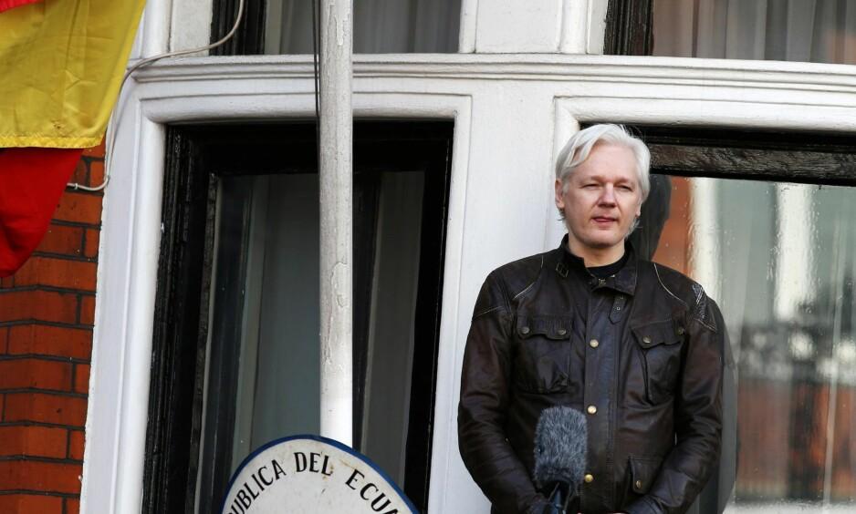 ISOLERT AKTIVIST: Wikileaks-grunnlegger Julian Assange søkte politisk asyl i den ecuadorianske ambassaden i London sommeren 2012. Her er han på ambassadenes balkong i fjor, før de ecuadorianske myndighetene bestemte seg for å ta fra ham muligheten til å kommunisere med omverdenen. Foto: Neil Hall / REUTERS / NTB scanpix