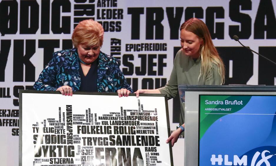 KLAR FOR SURROGATIDEBATT: Denne helgen skal Høyres landsmøte ta stilling til et forslag om å åpne for altruistisk surrogati. Artikkelforfatterne håper at partiet sier nei. På bildet er en av forkjemperne, Unge Høyres leder Sandra Bruflot, sammen statsminister Erna Solberg, som er mot motstander av forslaget. Foto: Lise Åserud / NTB scanpix