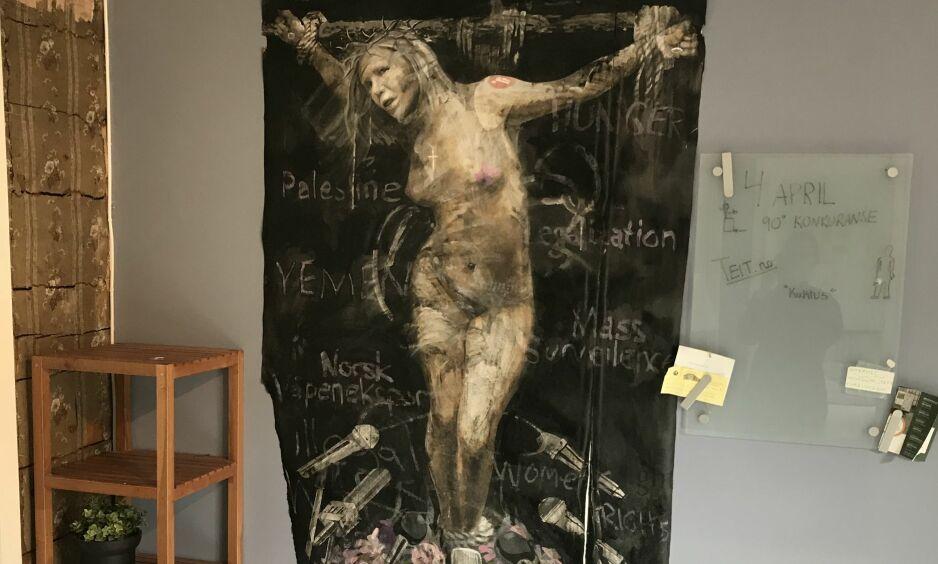 FREM IGJEN: Etter fire flasker neglelakkfjerner fikk studentene frem maleriet av Sylvi Listhaug. Nå henger det på veggen i et studentkollektiv i Bergen. Foto: Privat