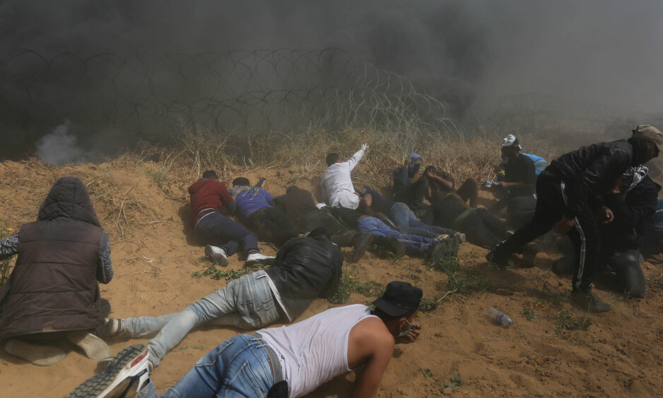 TO DREPT: Flere tusener palestinere deltar i fredagens demonstrasjoner. Så langt er to palestinere bekreftet skutt og drept og minst 250 såret. Foto: NTB Scanpix