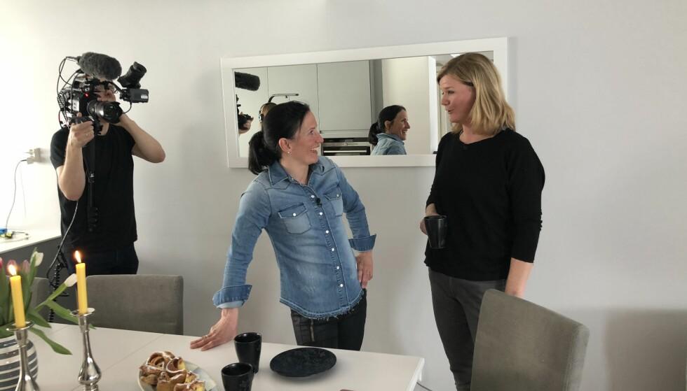 HOLDT HEMMELIGHETEN: Anne Lindmo var hjemme hos Marit Bjørgen på onsdag, der de blant annet snakket om framtiden. Foto: Rune Engelsøy Norum/NRK