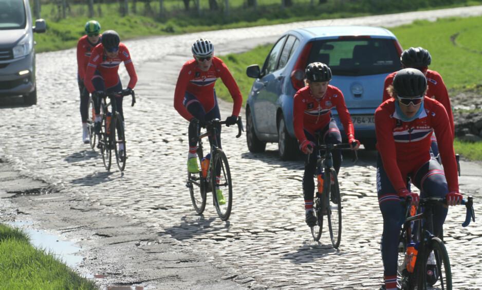 BRUTALT: De norske juniorgutta ute og tester den myteomspunnede brosteinen fra Paris-Roubaix. FOTO: Jarle Fredagsvik (procycling.no)