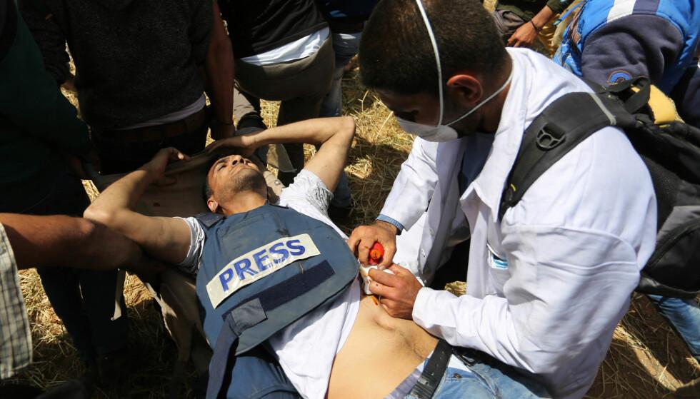 Den palestinske fotografen Yasser Murtaja ble skutt av israelske soldater fredag. Han døde natt til lørdag av skadene. Foto: APAImages/REX/Shutterstock