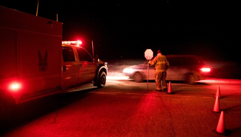 ULYKKE: Redningsmannskaper stenger veien hvor ulykken skjedde, i nærheten av Nipawin i Canada. 14 mennesker omkom og flere ble skadet. Foto: THE CANADIAN PRESS/Matt Smith