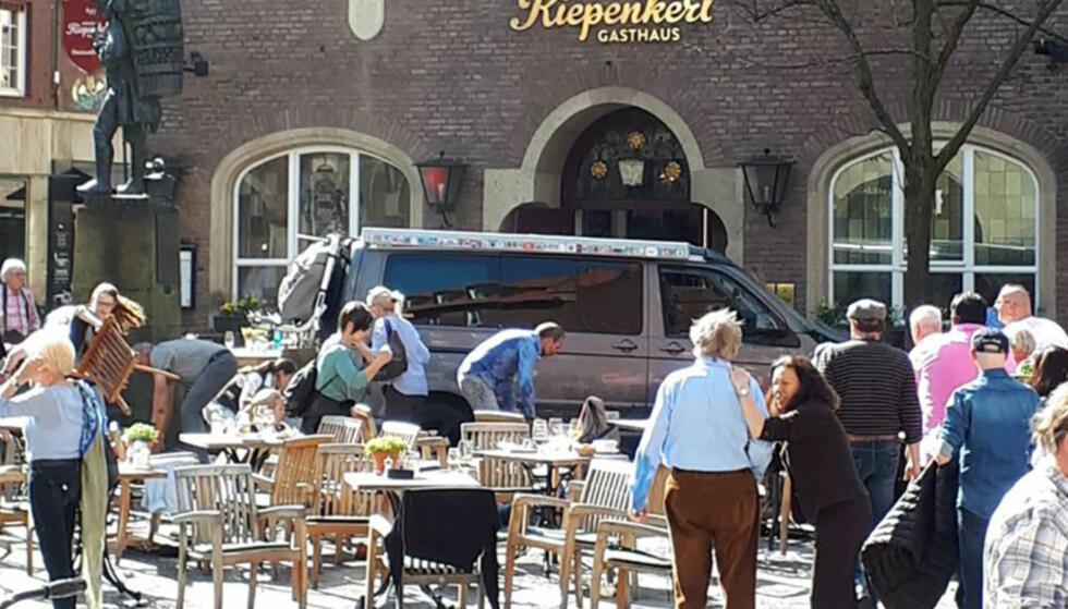 ÅSTED: Drapsbilen stoppet foran inngangen til uteserveringen til Münsters tradisjonsrike serveringssted Grosser Kiepenkerl. Det var fullt med folk i området da bilen braste inn i folkemengden klokka 15.27 lørdag. FOTO: DPA/NTB Scanpix.