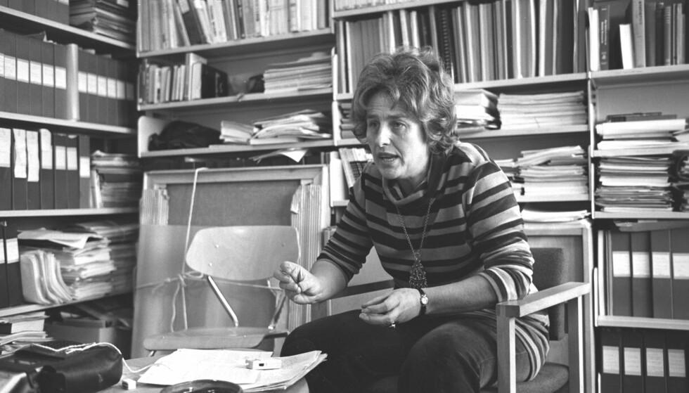 HERSKETEKNIKKENES MOR: Professor og SV-politiker Berit Ås identifiserte og populariserte på slutten av 70-tallet de fem hersketeknikkene usynliggjøring, latterliggjøring, tilbakeholdelse av informasjon, fordømmelse og påføring av skyld og skam. Her blir hun intervjuet i 1972, da hun var varaordfører for Arbeiderpartiet i Asker.  Foto: Ivar Aaserud Aktuell / NTB scanpix