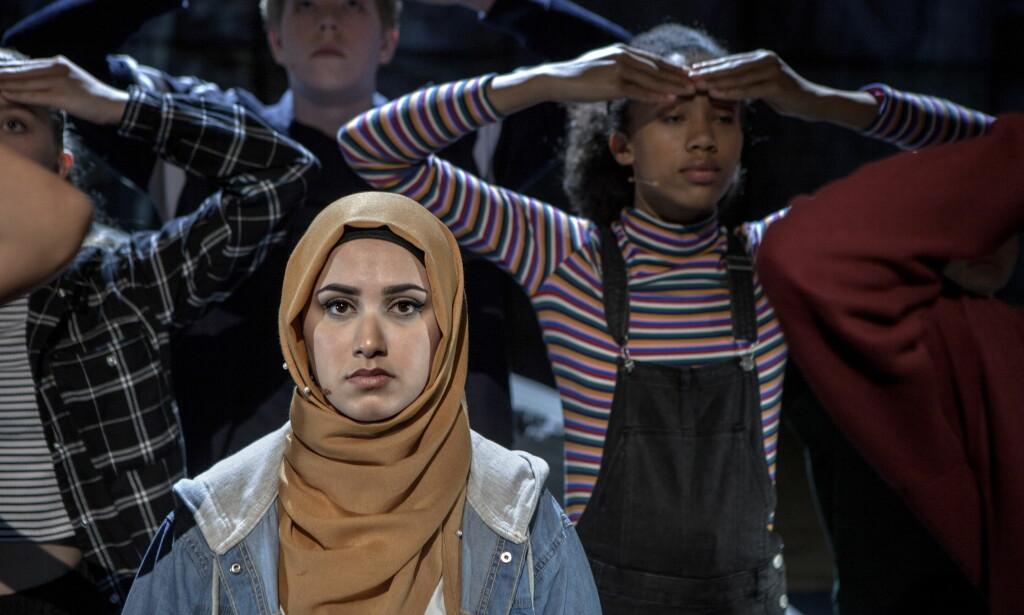 DELER HISTORIEN: I teaterforestillingen «Utafor», som settes opp på Det Norske Teater, deler Mahdi Al-Hussaini sin historie sammen med tre andre ungdommer - som alle på en eller annen måte har kjent på hvordan det er å stå utafor. Foto: Anders Grønneberg