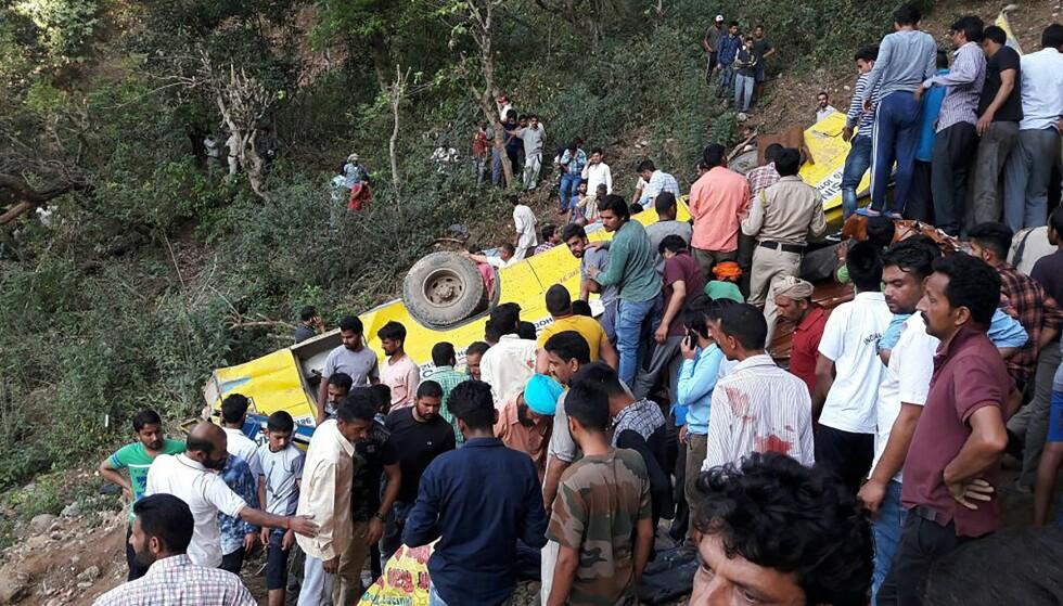 ENDTE I KLØFT: Den private skolebussen kjørte av veien og endte i ei dyp kløft. Foto: AFP / NTB Scanpix